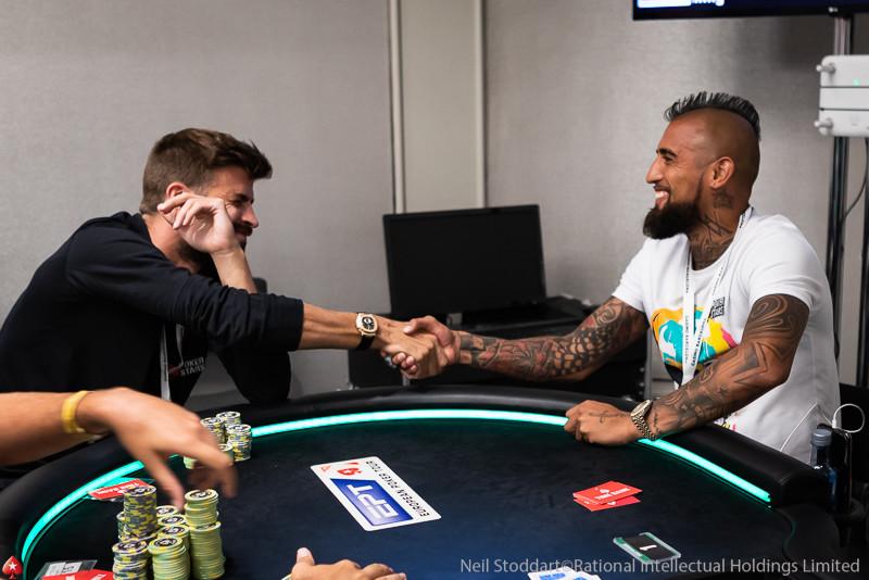 Артуро Видаль и Жерар Пике играют в покер